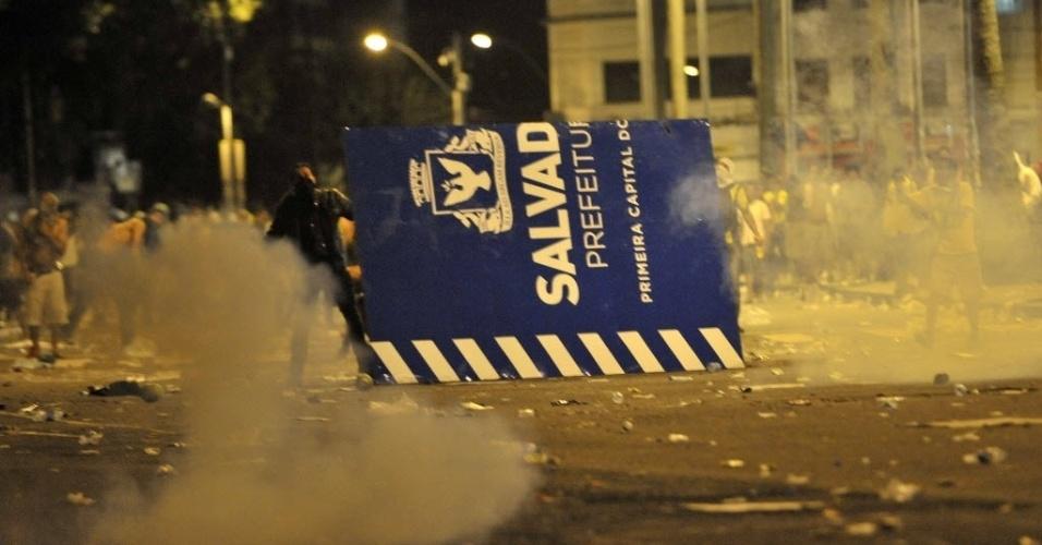 20.jun.2013 - Protestos em Salvador, nos arredores da Fonte Nova, terminaram com forte confronto entre manifestantes e policiais