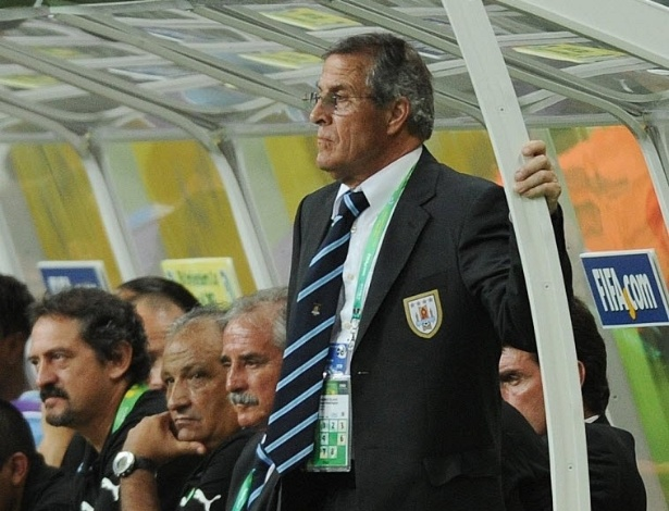 20.jun.2013 - Técnico do Uruguai, Oscar Tabarez, observa partida contra Nigéria na Arena Fonte Nova