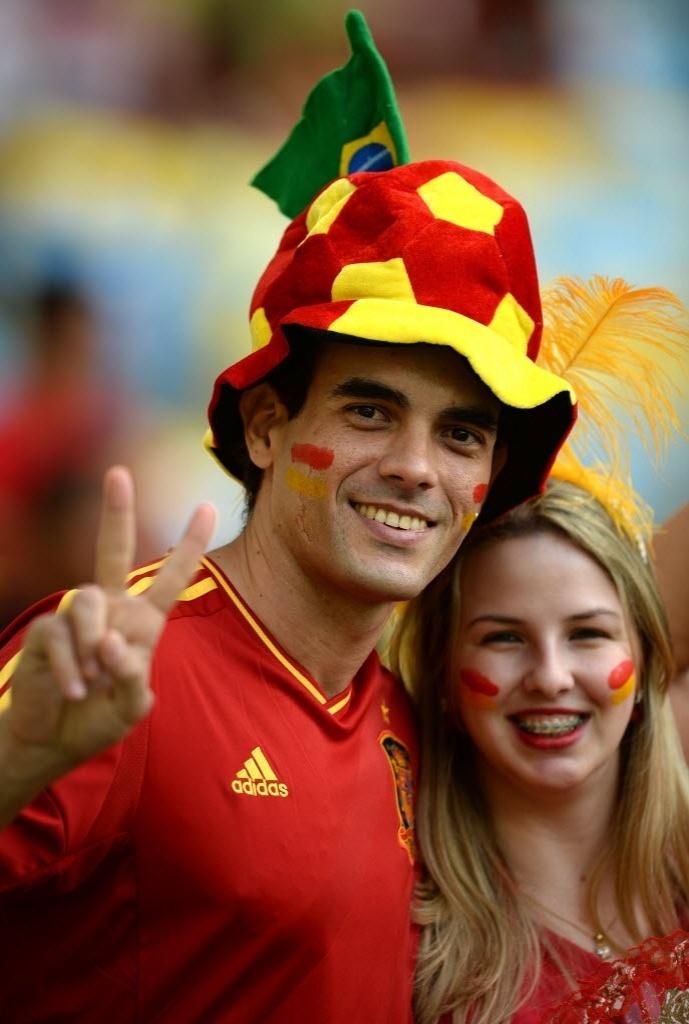 20.jun.2013 - Torcedor acena nas arquibancadas do Maracanã antes do jogo entre Espanha e Taiti