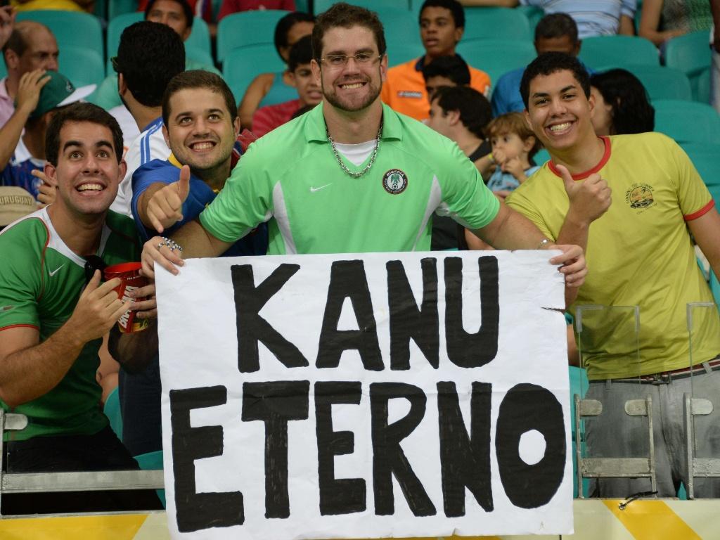 20.jun.2013 - Torcedor brasileiro apoia Nigéria com cartaz de Kanu