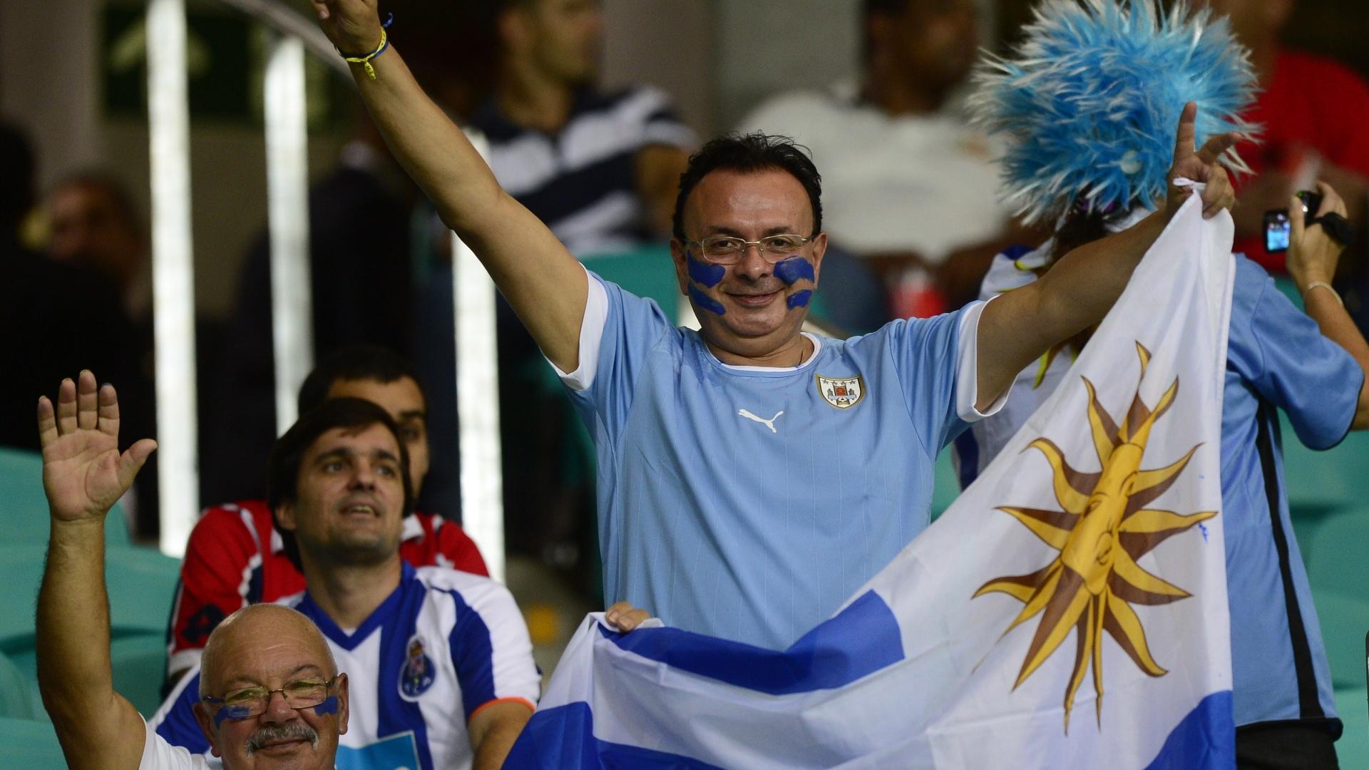 20.jun.2013 - Torcedor uruguaio demonstra otimismo antes de partida contra a Nigéria na Arena Fonte Nova