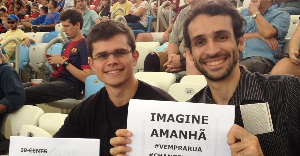 20.jun.2013 - Torcedores exibem cartazes de protesto nas arquibancadas no Maracanã