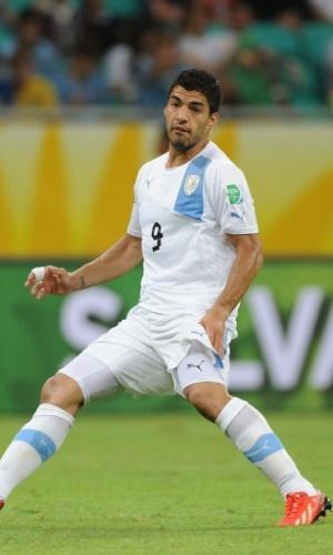 20.jun.2013 - Uruguaio Suárez tenta passar a bola durante partida contra a Nigéria na Arena Fonte Nova