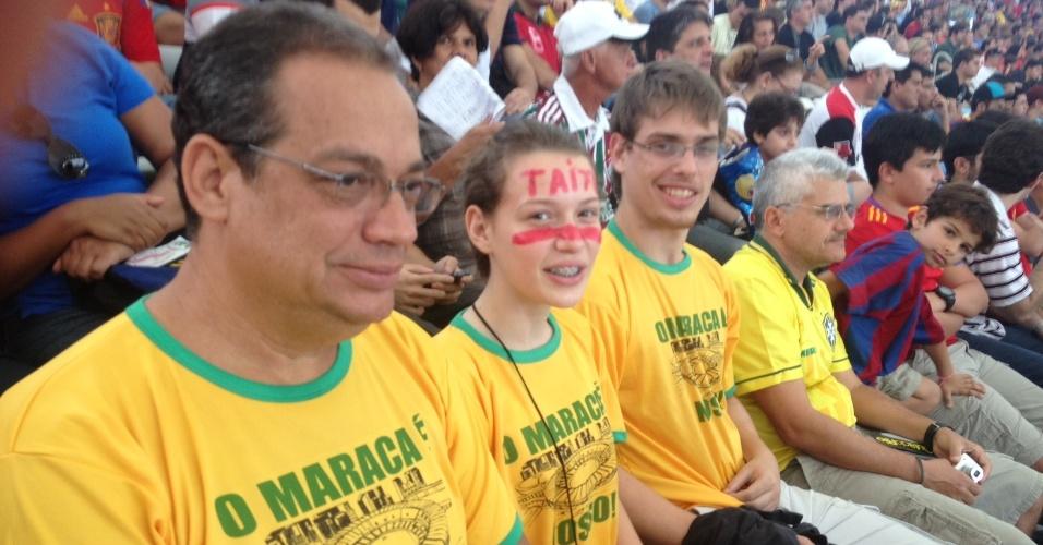 20.JUN.2013- Torcedores usam camisetas com os dizeres: