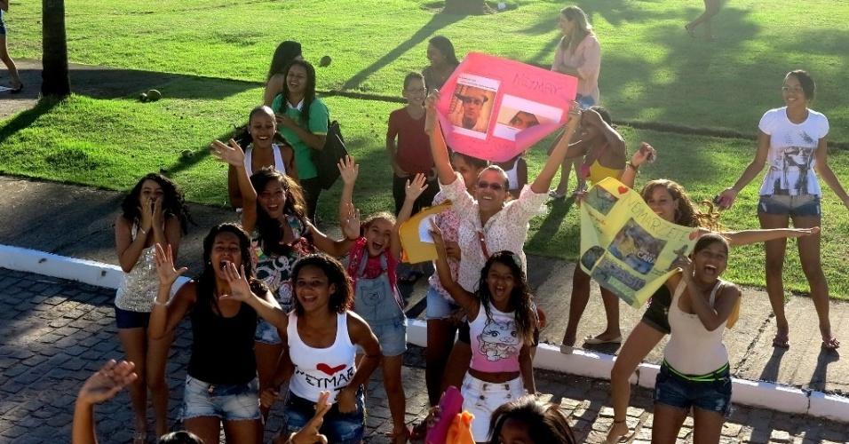 20.jun.2013 Fãs de Neymar e da seleção brasileira aguardam a chegada da equipe na porta do hotel em Salvador
