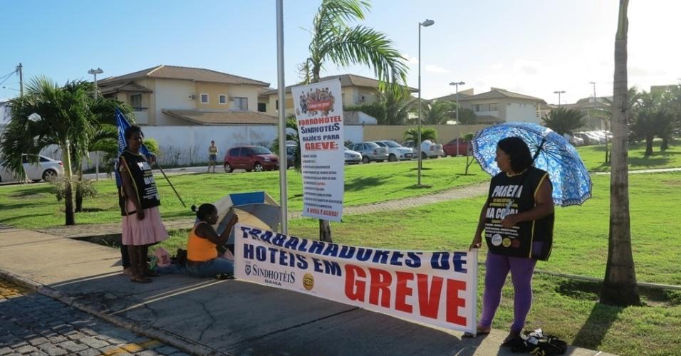 20.jun.2013 Funcionárias da rede hoteleira de Salvador fazem protesto em frente ao hotel que a seleção ficará hospedada na capital baiana