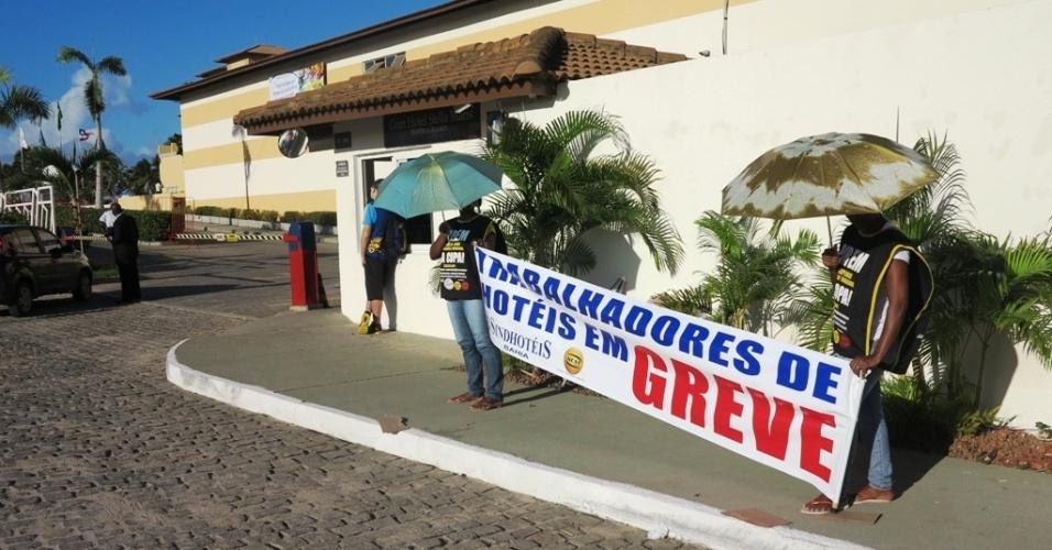 20.jun.2013 Funcionários da rede hoteleira de Salvador fazem protesto em frente ao hotel que a seleção ficará hospedada na cidade