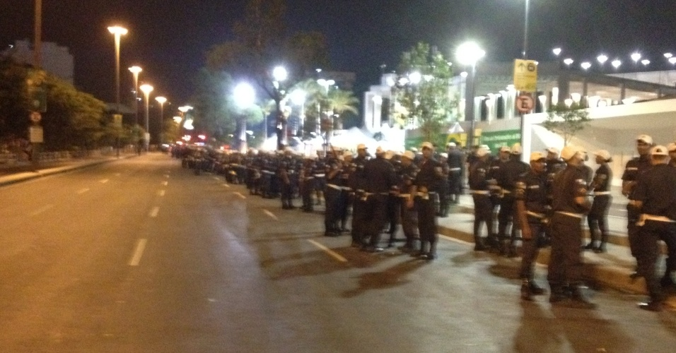 20.junho.2013 - 700 policiais fazem a segurança do Maracanã após jogo da Espanha contra o Taiti