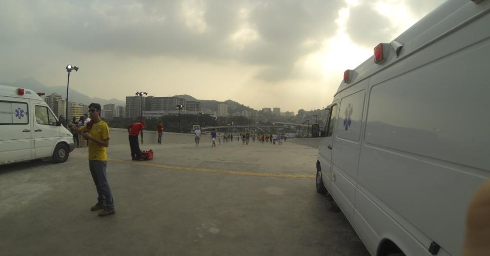 20.junho.2013 - Ambulâncias no entorno do Maracanã
