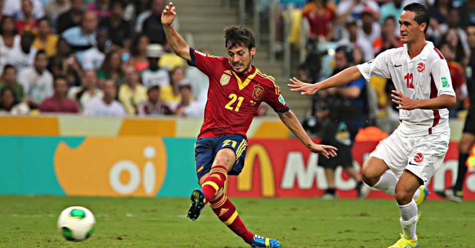 20.junho.2013 - David Silva bate para marcar mais um da Espanha