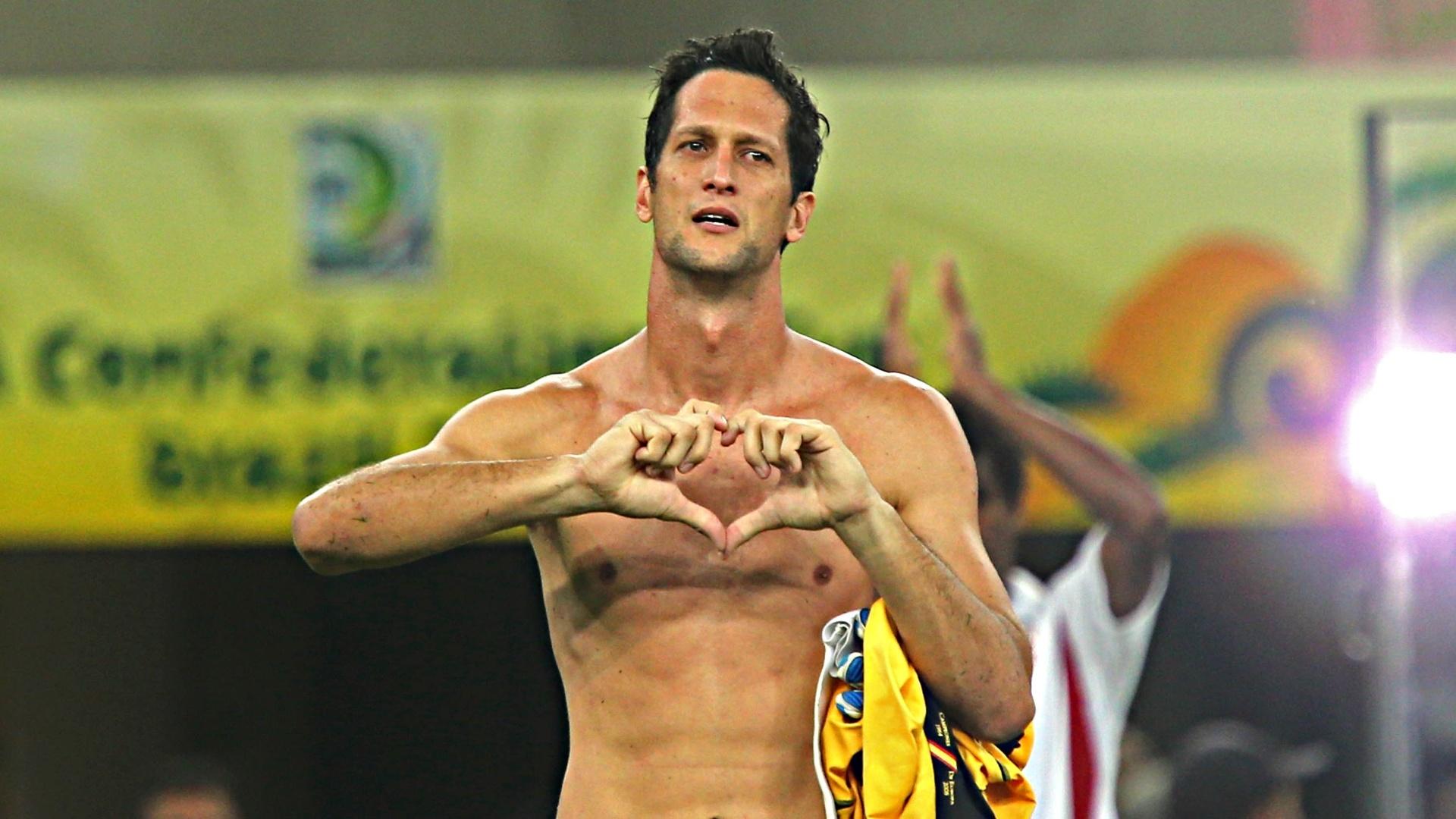 20.junho.2013 - Emocionado, goleiro do Taiti deixa o jogo chorando após derrota para a Espanha
