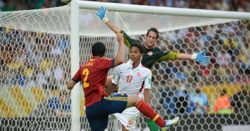 20.junho.2013 - Espanha parte para o ataque contra o Taiti