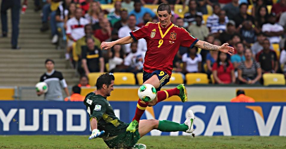 20.junho.2013 - Fernando Torres se livra de goleiro do Taiti para marcar