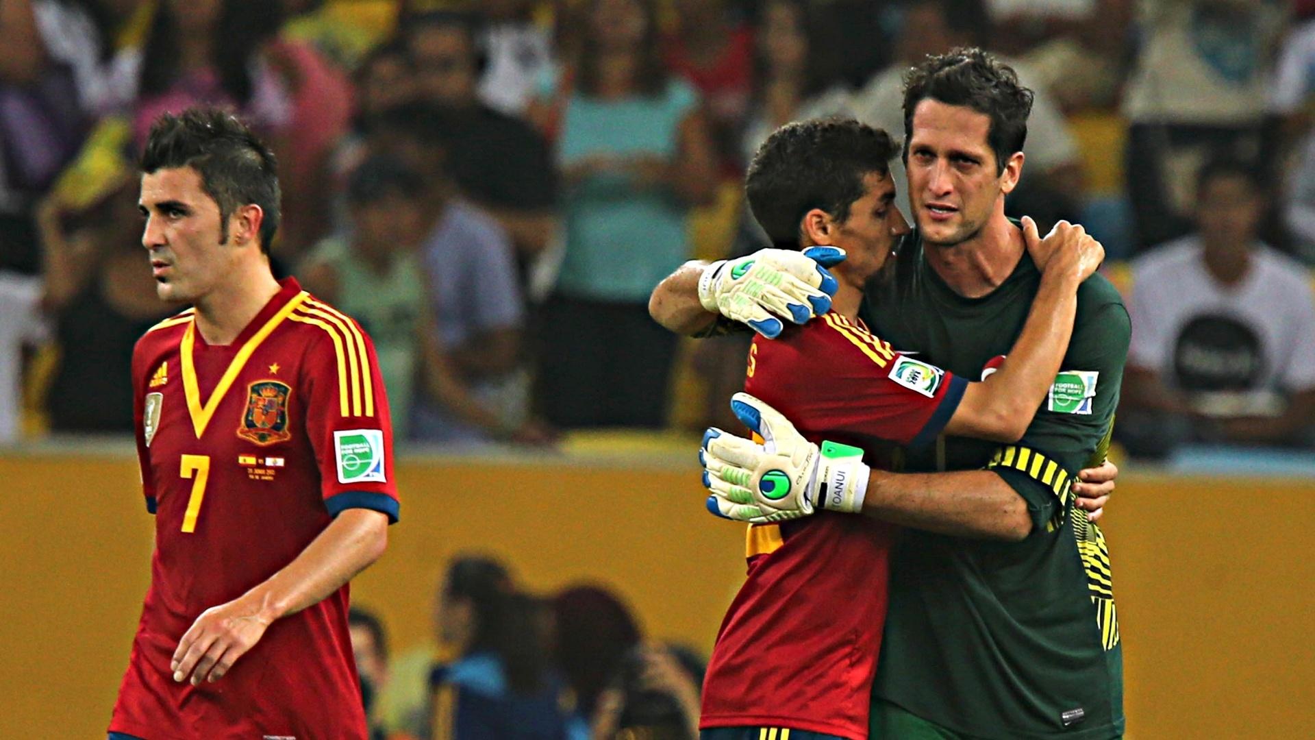 20.junho.2013 - Goleiro do Taiti é abraçado por jogador da Espanha no Maracanã