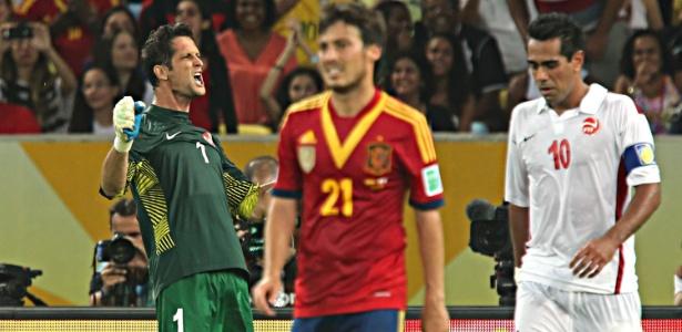 Goleiro Mikael Roche, do Taiti, comemora após Fernando Torres desperdiçar pênalti