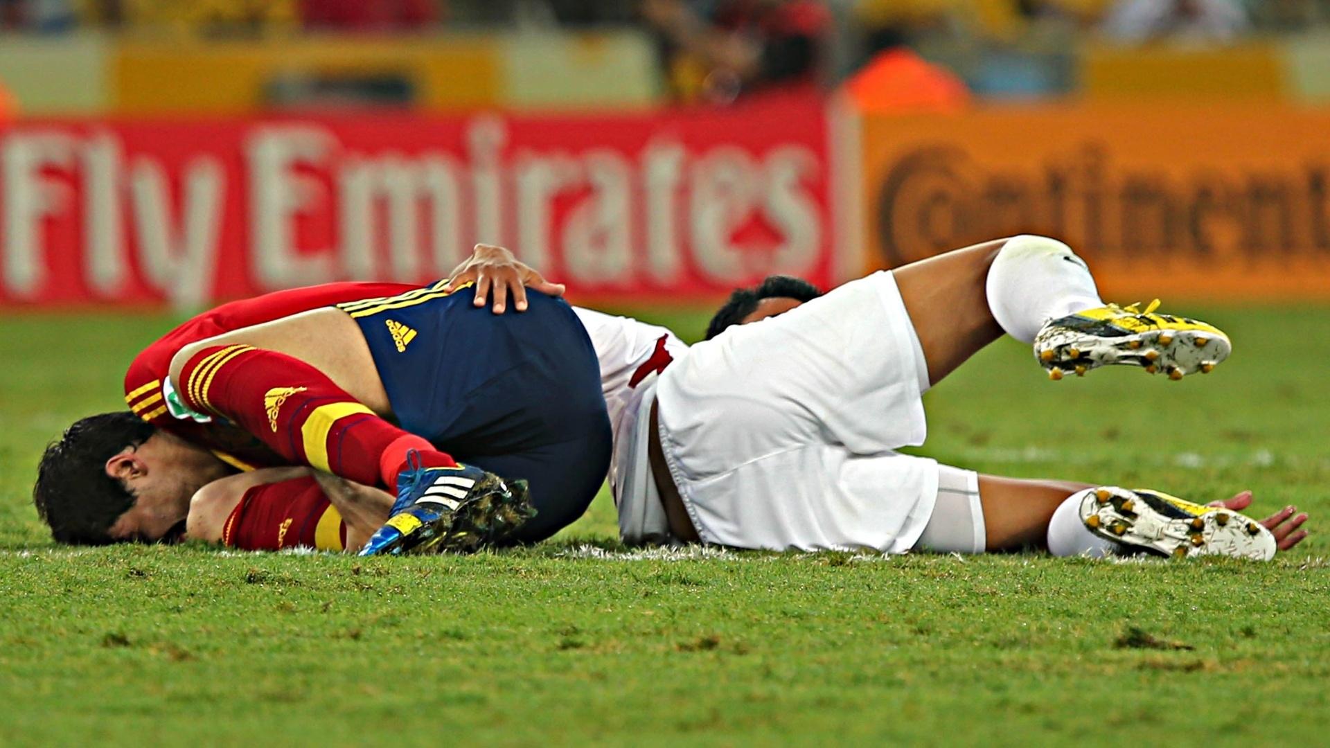20.junho.2013 - Jogadores da Espanha e do Taiti caem no chão após falta