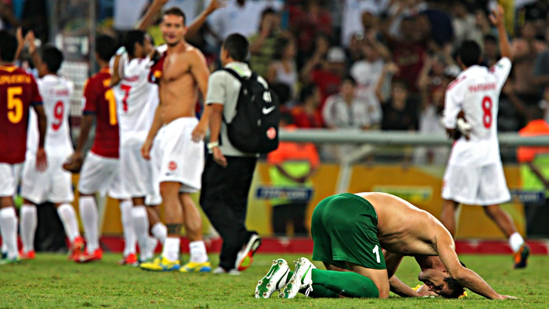 20.junho.2013 - Jogadores do Taiti agradecem aos torcedores após goleada da Espanha no Maracanã