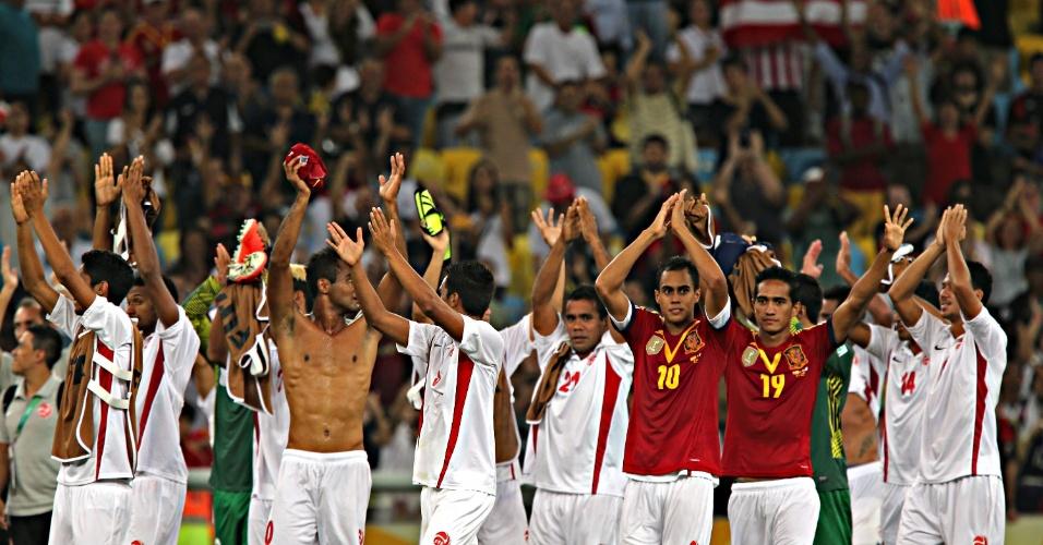20.junho.2013 - Jogadores do Taiti são ovacionados pela torcida no Maracanã após derrota para a Espanha