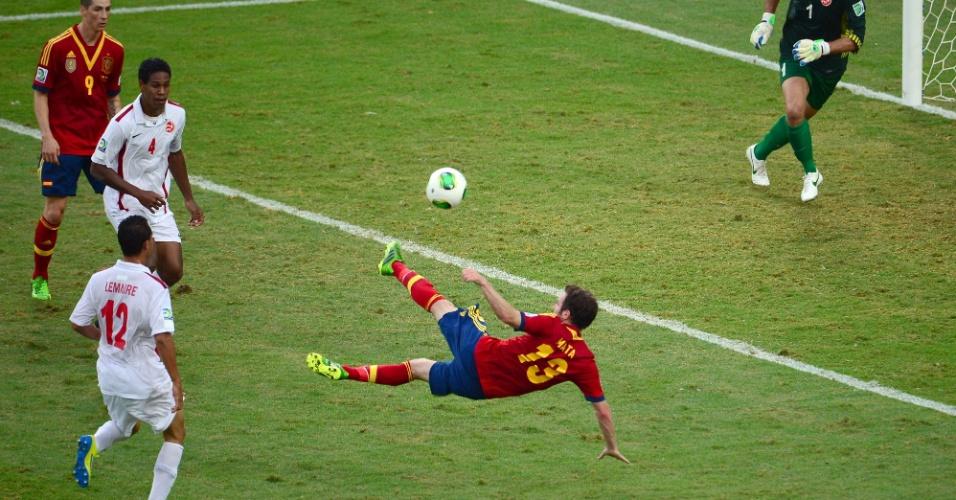 20.junho.2013 - Meia espanhol Juan Mata tenta voleio contra o Taiti