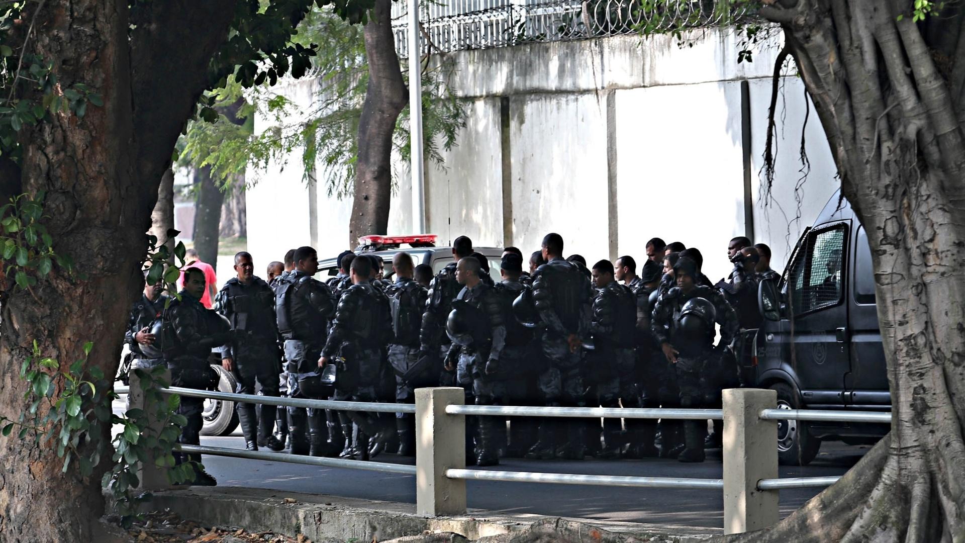 20.junho.2013 - Polícia se posiciona no entorno do Maracanã