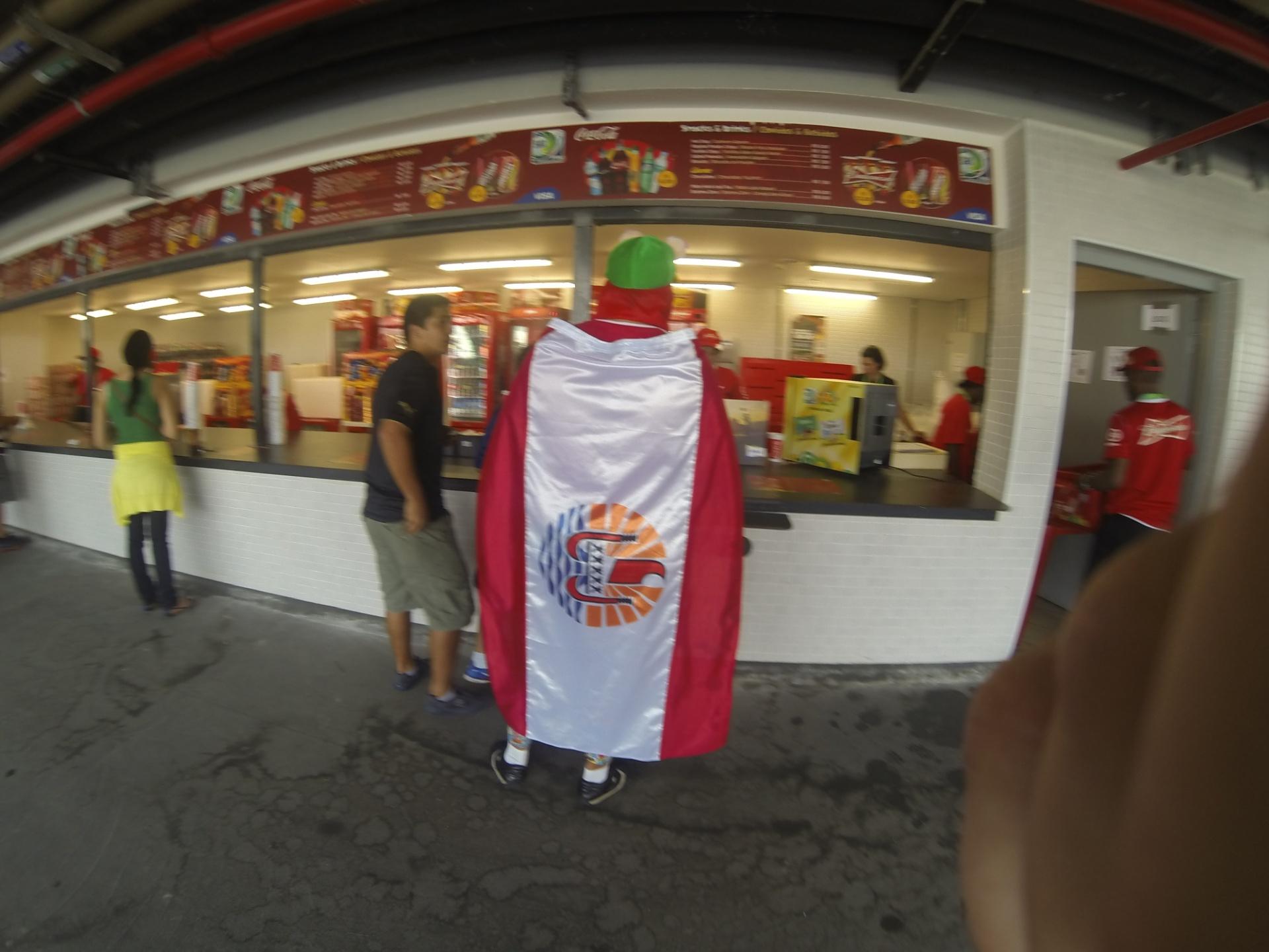 20.junho.2013 - Torcedor do Taiti em lanchonete do Maracanã
