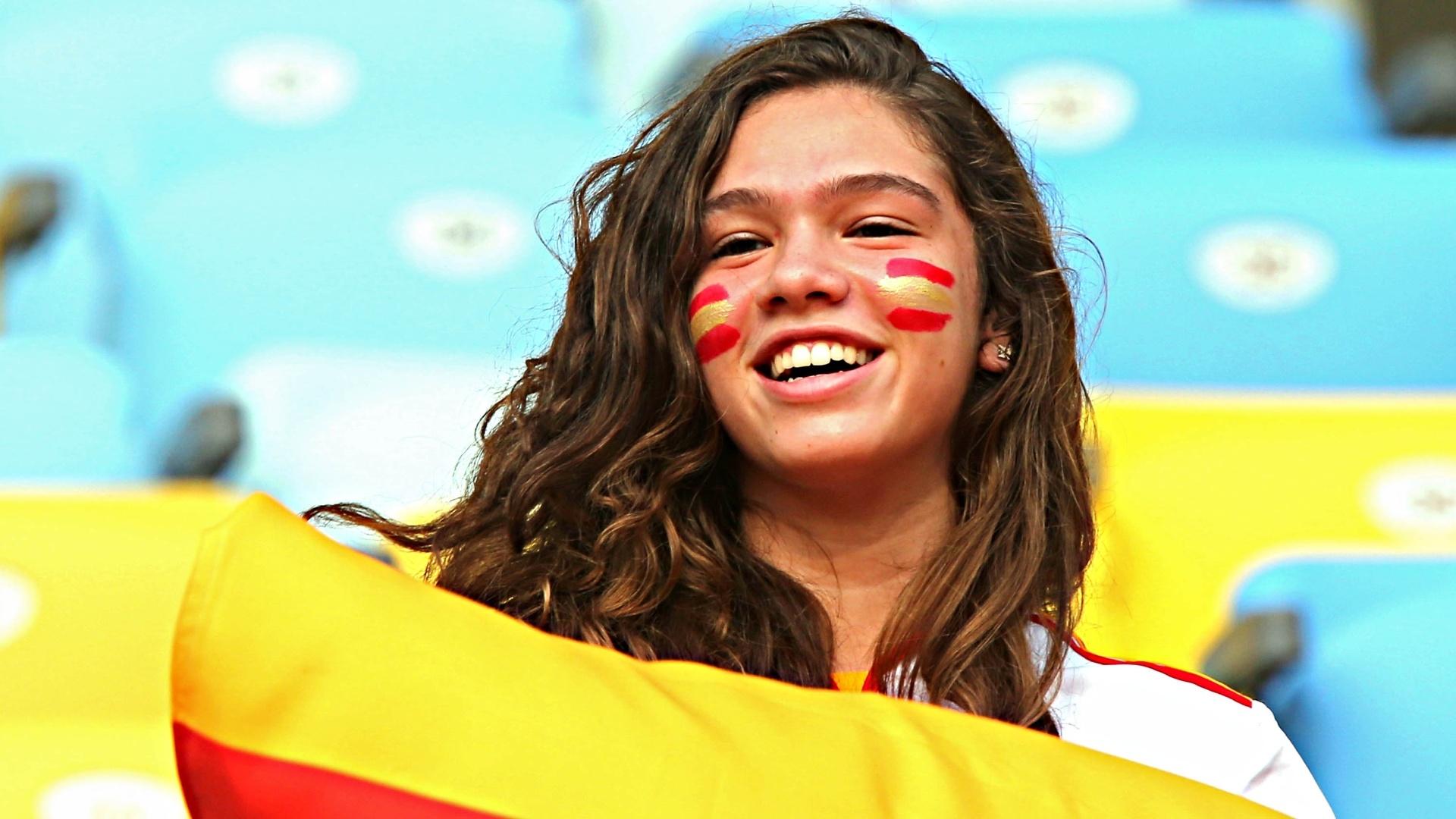 20.junho.2013 - Torcedora da Espanha vibra antes de partida contra o Taiti
