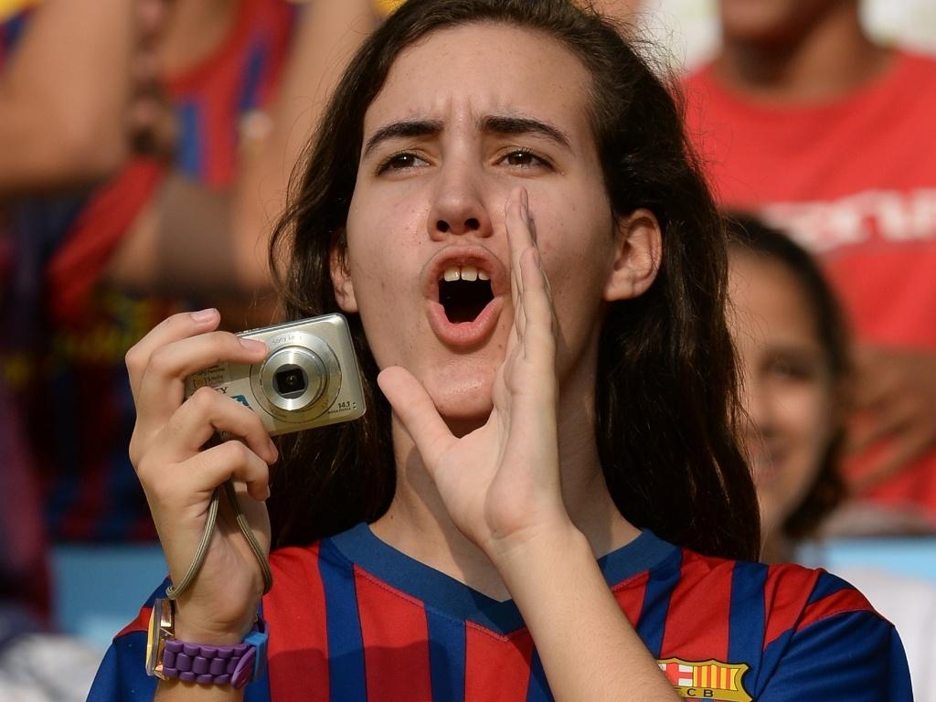 20.junho.2013 - Torcedora do Barcelona torce para a seleção da Espanha