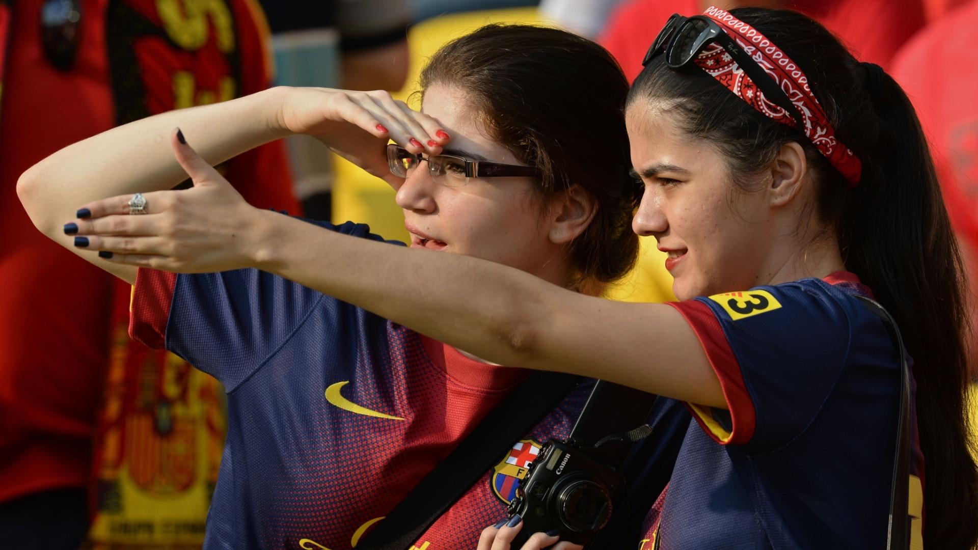 20.junho.2013 - Torcedoras do Barcelona torcem para a seleção da Espanha