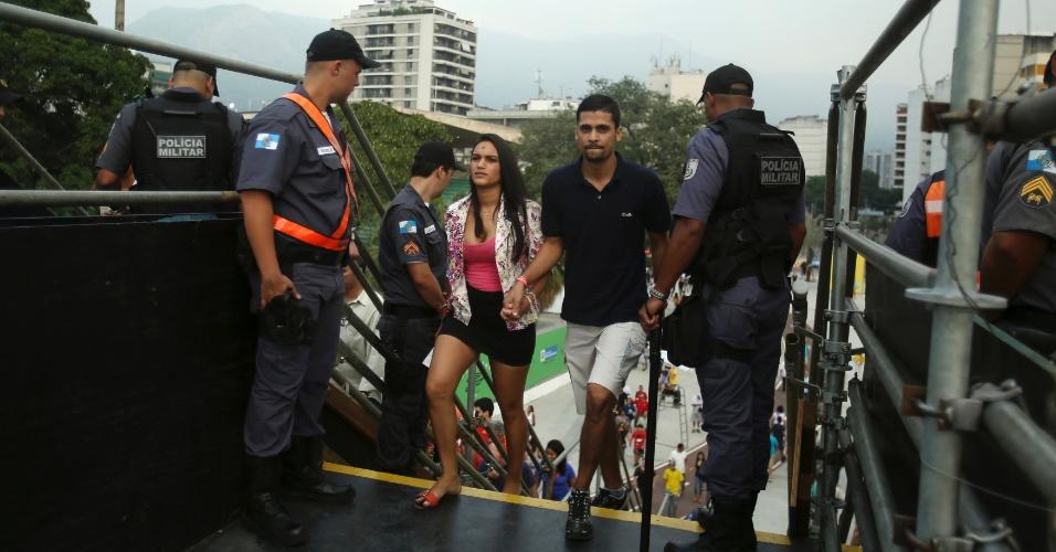 20.junho.2013 - Torcedores chegam ao Maracanã sob forte policiamento