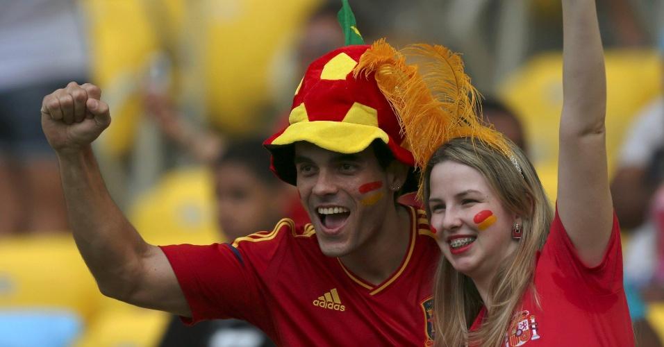 20.junho.2013 - Torcedores da Espanha se agitam no Maracanã