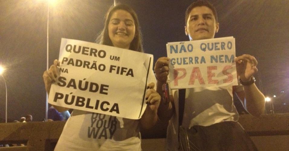 """20.junho.2013 - Torcedores pedem saúde no """"padrão Fifa"""""""