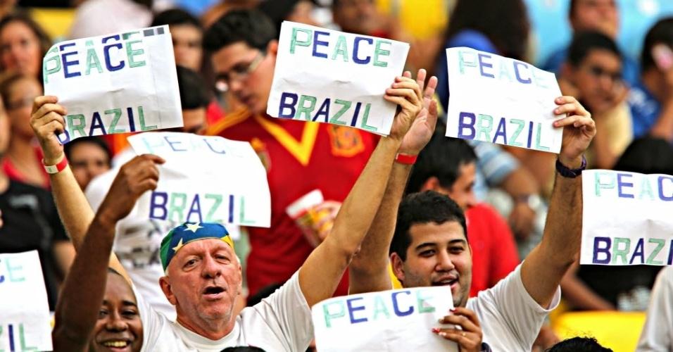 20.junho.2013 - Torcedores se manifestam pedindo paz dentro do Maracanã