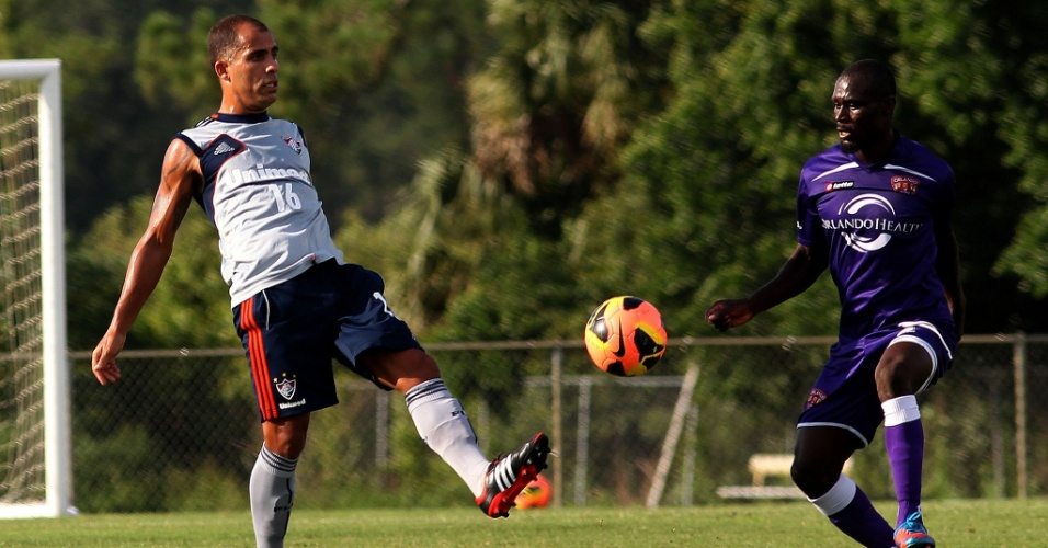 Felipe domina a bola durante jogo treino entre Fluminense e Orlando City, nos EUA