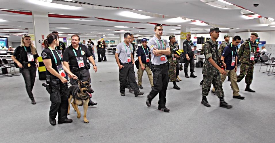 Membros da Policia Federal e do Exército com cães farejadores chegam na sala de imprensa do Maracanã, que receberá Espanha x Taiti nesta quinta-feira