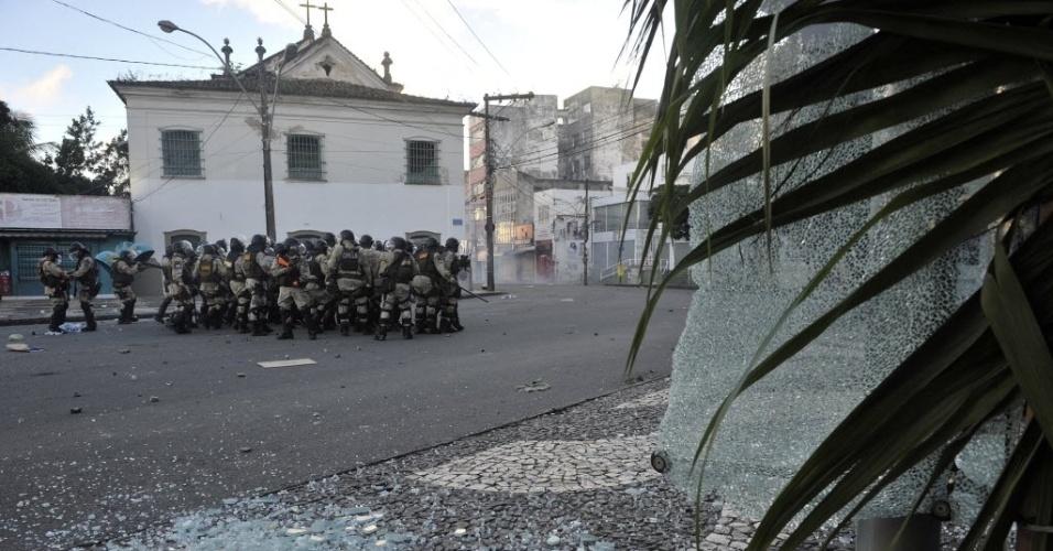 Policiais esperam chegada de manifestantes com escudos e bombas de efeito moral. PMs e manifestantes entraram em confronto nas proximidades da Arena Fonte, em Salvador, pouco antes do jogo entre Uruguai e Nigéria pela Copa das Confederações