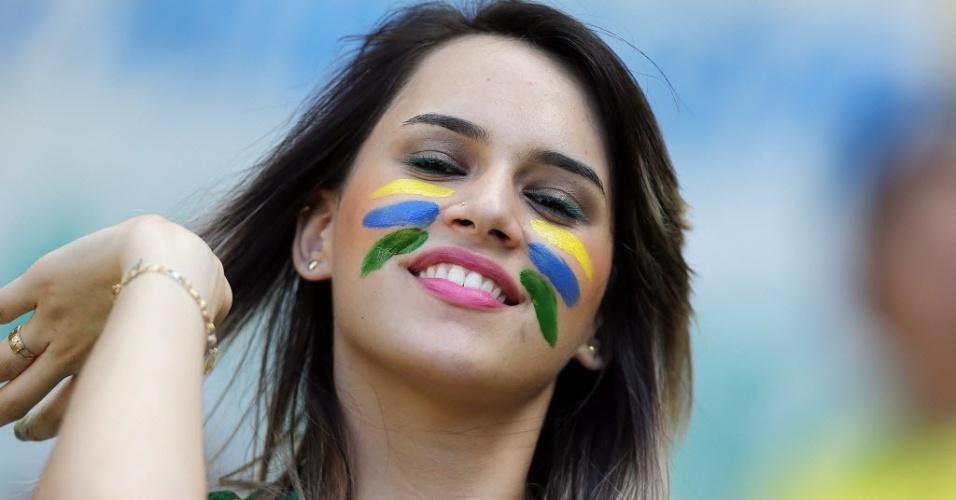 19.jun.2013 - Bela torcedora ajeita o cabelo durante o jogo entre Brasil e México em Fortaleza