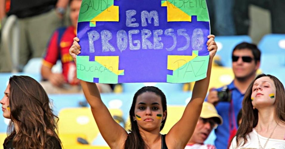 20.jun.2013 - Belas torcedoras pintam o rosto para protestar no Maracanã durante o jogo entre Espanha e Taiti