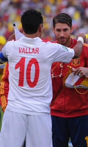 20.jun.2013 - Capitão do Taiti, Nicolas Vallar entrega colar e flâmula para Sergio Ramos antes da goleada por 10 a 0 da Espanha no Maracanã pela Copa das Confederações