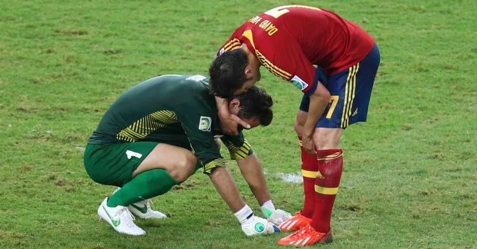 20.jun.2013 - David Villa consola Mikaël Roche, goleiro do Taiti, após a Espanha golear por 10 a 0 no Maracanã pela Copa das Confederações