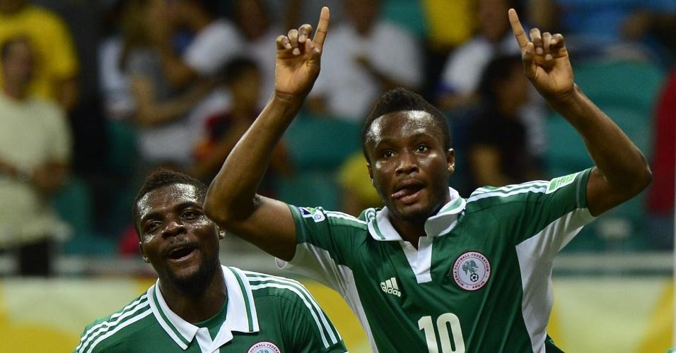 20.jun.2013 - John Obi Mikel (d) comemora após marcar o gol da Nigéria na derrota por 2 a 1 para o Uruguia na Fonte Nova pela Copa das Confederações