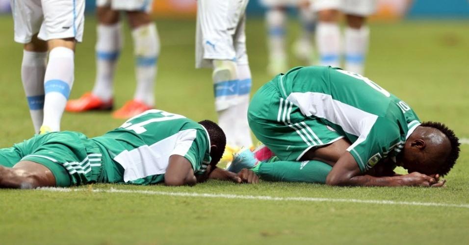 20.jun.2013 - Kenneth Omeruo (e) e Ideye Brown ficam no chão após se chocarem durante derrota por 2 a 1 da Nigéria para o Uruguai na Fonte Nova pela Copa das Confederações