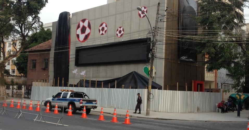 21.jun.2013 - Após protestos, loja da Coca-cola próxima ao Maracanã amanhece fechada e cercada por guardas