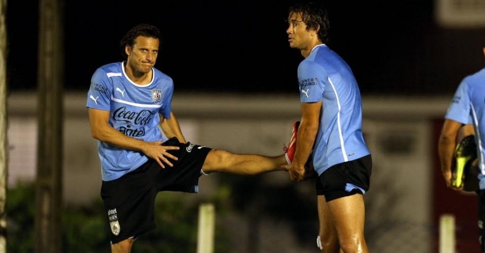21.jun.2013 - Uruguaios Diego Forlán (e) e Lugano durante treino no CT do Náutico
