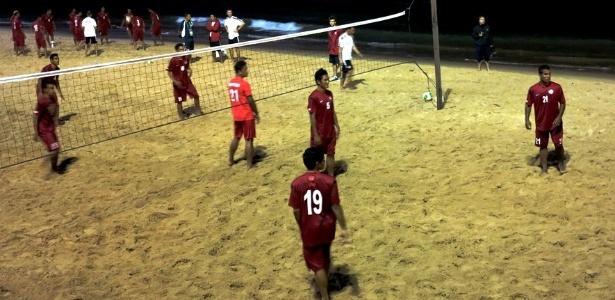 Jogadores da seleção do Taiti jogam futevôlei na Praia de Boa Viagem, no Recife, nesta sexta-feira