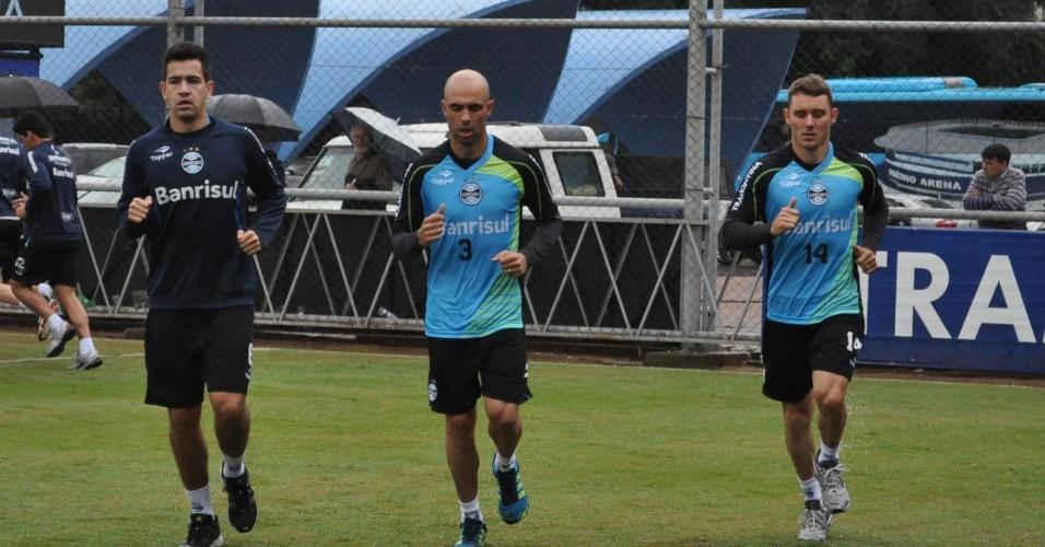 Saimon (e) Cris (c) e Fábio Aurélio (d) em treinamento com novo uniforme do Grêmio