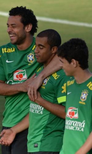 21.jun.2013 - Fred, Lucas e Oscar brincam durante treino realizado pela seleção brasileira em Salvador