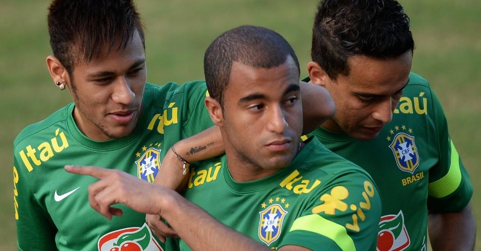 21.jun.2013 - Neymar, Lucas e Jádson brincam durante treino da seleção brasileira em Salvador
