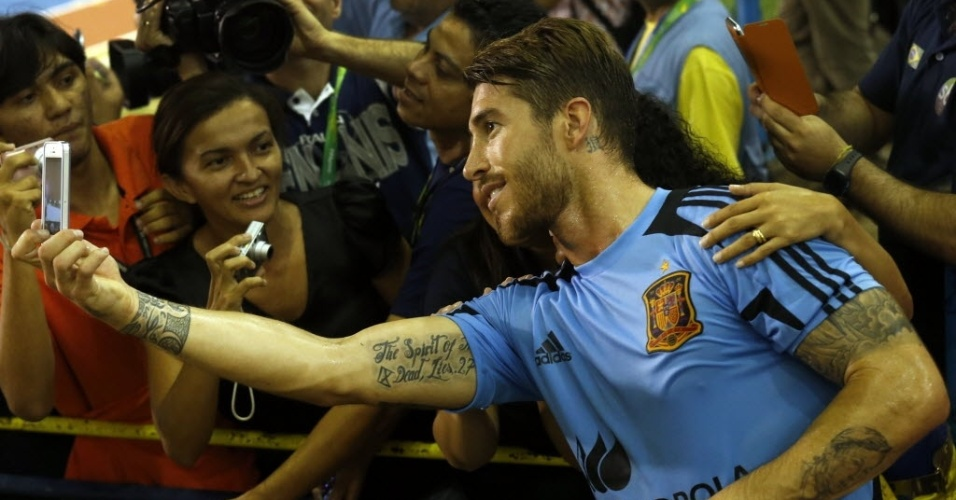 21.jun.2013 - Sergio Ramos tira fotos com fãs após treino da seleção espanhola em Fortaleza