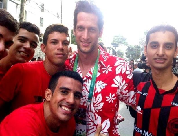 21.jun.2013 Goleiro titular do Taiti, Mikäel Roche, recebe o carinho de torcedores do Íbis na chegada no Recife