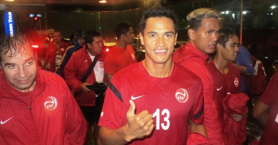 21.jun.2013 Jogadores da seleção do Taiti agradecem carinho do povo de Pernambuco durante chegada e treino na cidade
